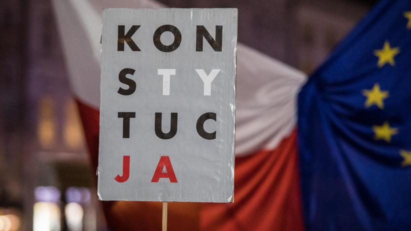 """Mural z napisem """"Konstytucja"""" w Warszawie"""