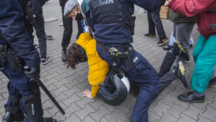 """17-latek o zatrzymaniu przez policję na proteście: krzyczeli """"szmato, na ziemię"""""""