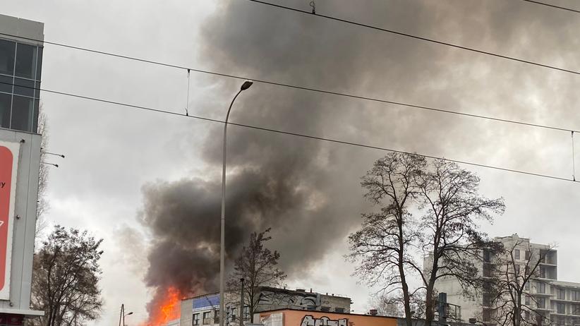 Warszawa. Pożar w sylwestra przy Bakalarskiej. Płonie hala z fajerwerkami