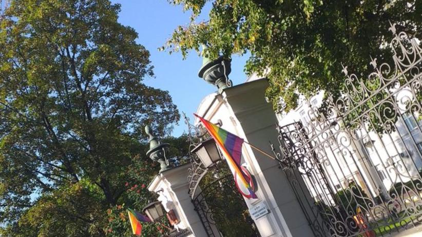Tęczowa flaga przed Ministerstwem Sprawiedliwości