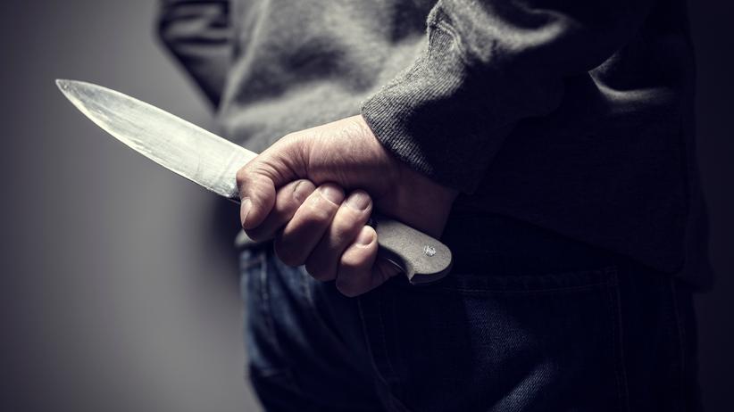 mężczyzna trzymający nóż