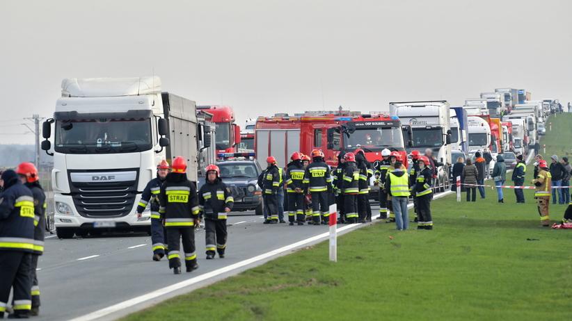 Wypadek pod Kołbielą w pow. otwockim. Samochód wbił się pod ciężarówkę. Nie żyją 4 osoby