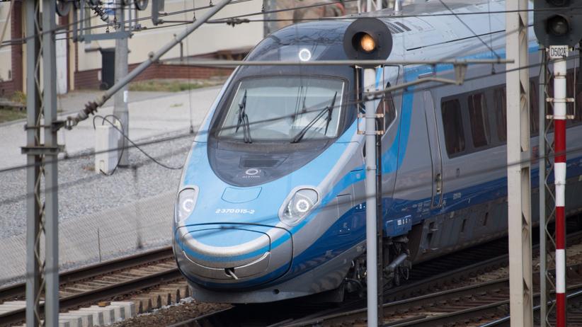 Auto wjechało pod pociąg na przejeździe kolejowym. Nie żyje dwóch 20-latków