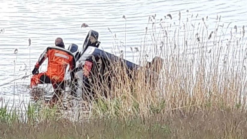 samochód wpadł do jeziora
