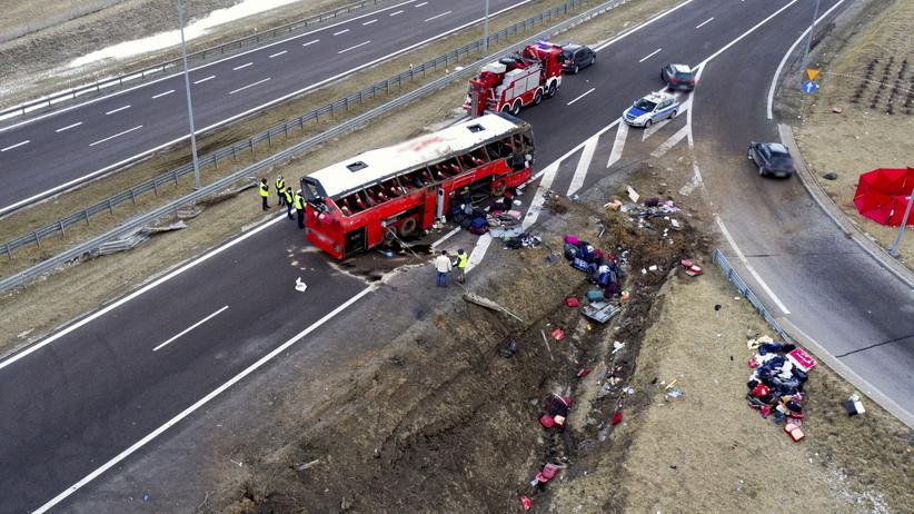 Autobus spadł z wiaduktu na A4. Są ofiary, kilkadziesiąt osób rannych