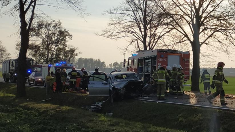 Wypadek na DK 45 Kuniów-Jasienie. Trzy osoby uwięzione w samochodzie