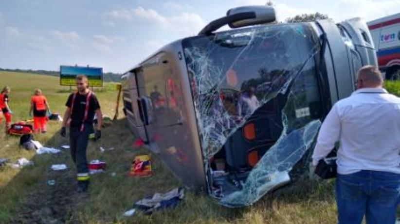 Wypadek na dk 53 pod Olsztynem. Autokar z pielgrzymami wpadł do rowu