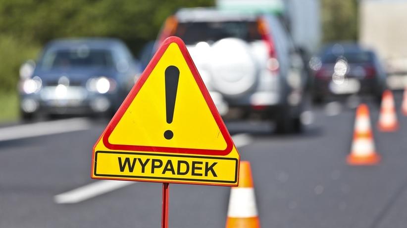 Wypadek na dw 801 pod Warszawą. Mazda czołowo zderzyła się z ciężarówką