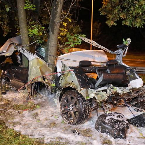 Wypadek na Wisłostradzie w Warszawie. Samochód dosłownie owinął się wokół drzewa