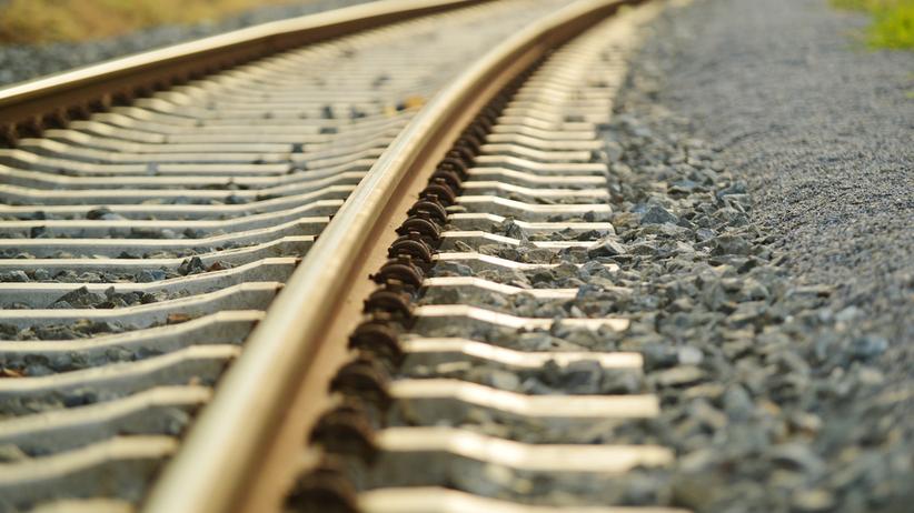 Mężczyzna potrącony przez dwa pociągi