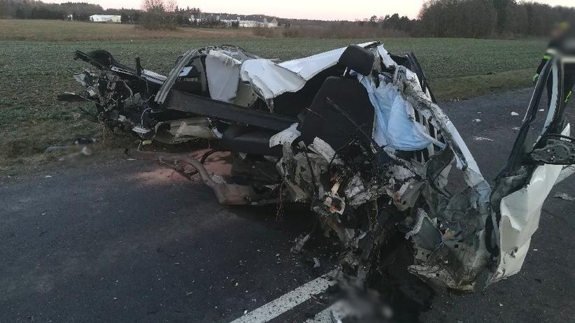 Wypadek w Gierzwałdzie. Bmw rozerwane na pół, kierowca nie żyje