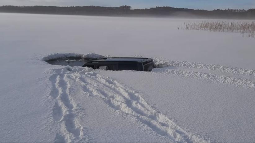 samochód wjechał na zamarznięte jezioro