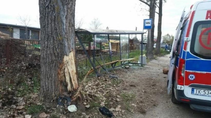 Wypadek w Kielcach. Kierowca wjechał w przystanek autobusowy