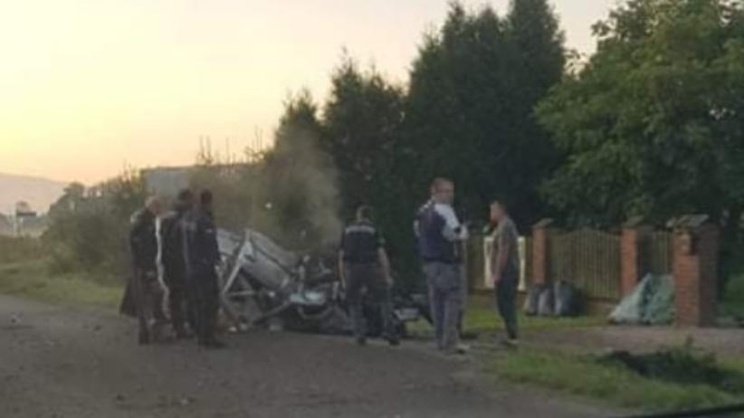 Wypadek w Łodygowicach. Po dachowaniu na ul. Żywieckiej samochód zmiażdżony