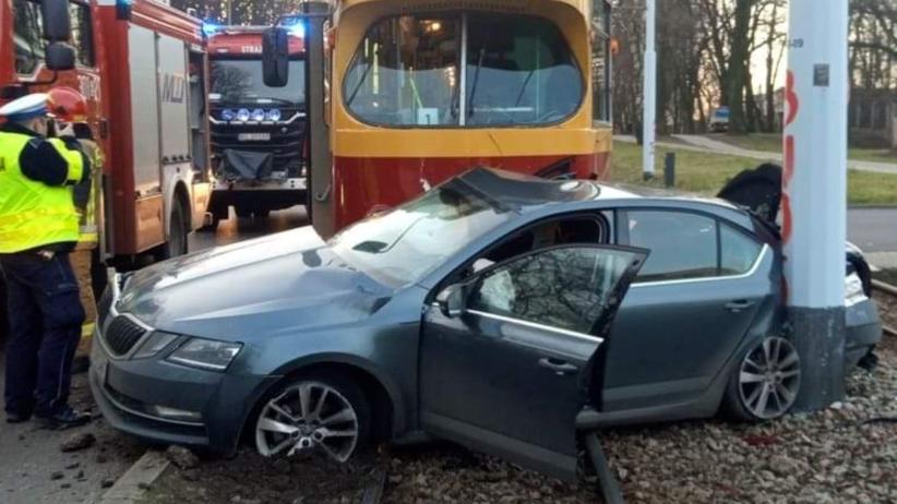 Wypadek w Łodzi. Samochód wjechał pod tramwaj. Jedna osoba w szpitalu