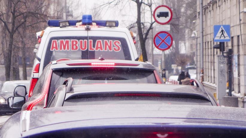 Wypadek w Płocku. Sygnalizator spadł na przechodnia. Mężczyzna nie żyje