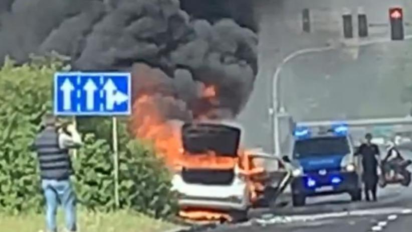 Wypadek w Poznaniu. Kierowcy wpadali na siebie jeden po drugim. Jedno z aut spłonęło