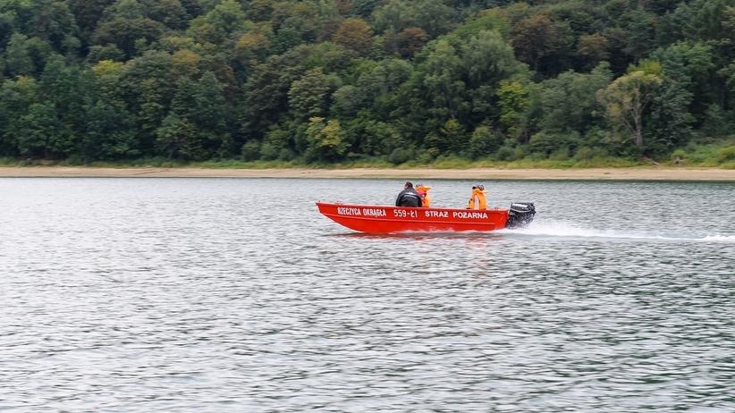Przewrócona łódź na jeziorze. Na miejscu straż i płetwonurkowie