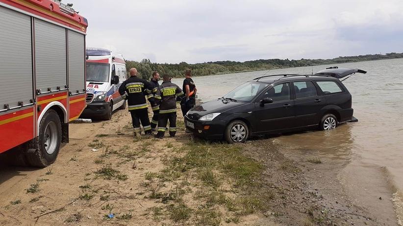 Kobieta opalała się na plaży. Przejechał po niej samochód