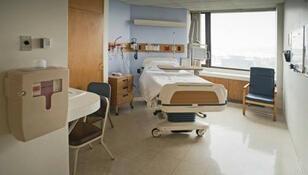 Półnaga, brudna pacjentka na podłodze szpitala. Dyrekcja: jest nam przykro