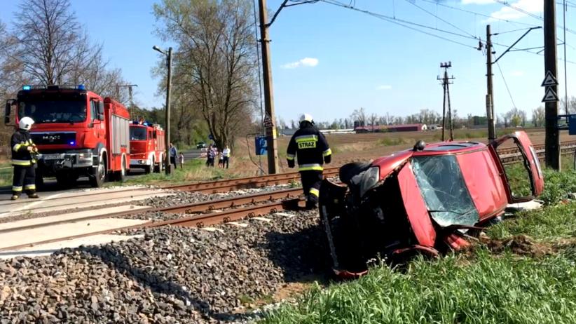 Auto wjechało pod pociąg. W środku była matka z dziećmi