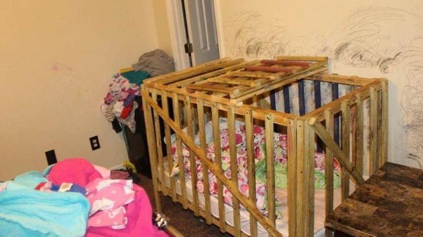Trzymali dzieci w klatkach
