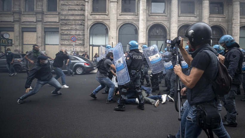 Włochy. Antyszczepionkowcy starli się z policją