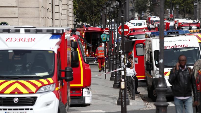 Atak nożownika na komendzie policji w Paryżu. Jedna osoba nie żyje, są ranni