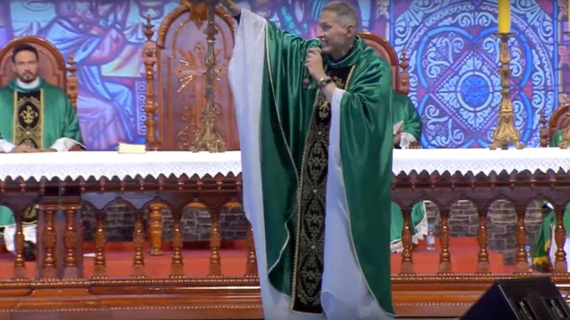 Atak na księdza podczas mszy. Został zepchnięty ze sceny