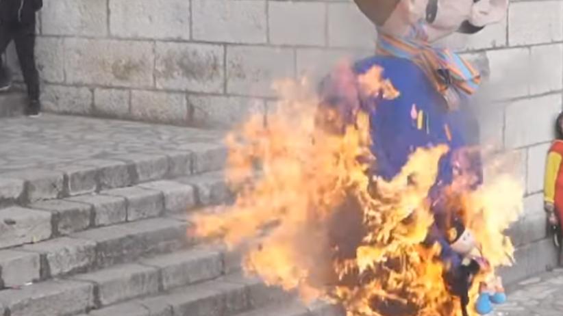 Na pochodzie karnawałowym spalono kukłę homoseksualnej pary i ich dziecka
