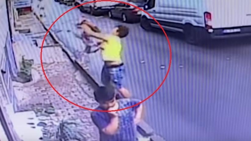 Dwulatka wypadła z okna. Przerażające nagranie z monitoringu