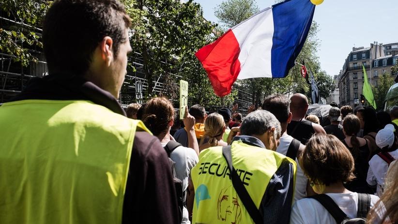 """Kolejne protesty """"żółtych kamizelek"""". Koktajle Mołotowa i płonący radiowóz"""