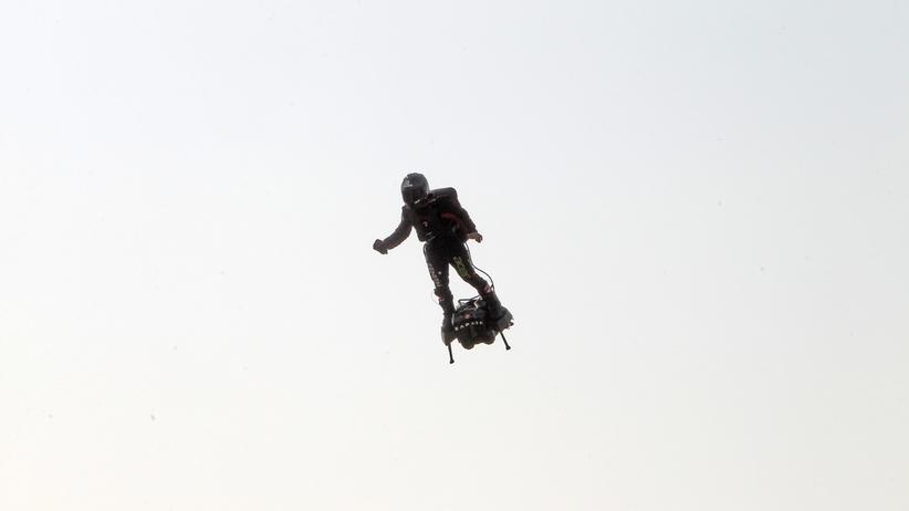 Nieudana próba przelotu nad La Manche. Franky Zapata wpadł do wody