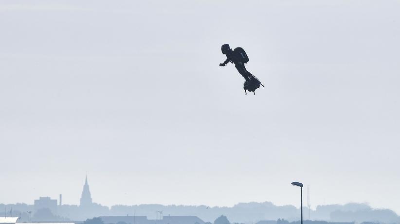 Franky Zapata przeleciał na flyboardzie nad La Manche