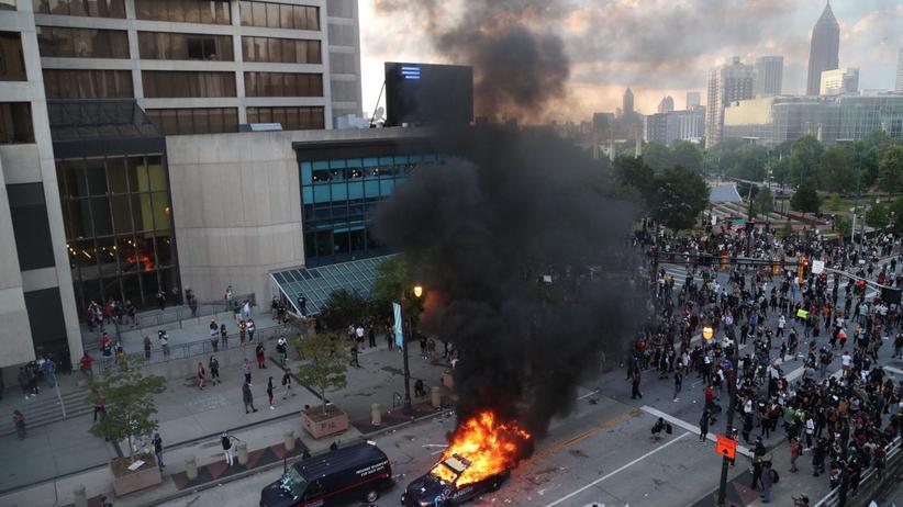 George Floyd. Protesty w USA coraz gwałtowniejsze, policja atakuje dziennikarzy, przed Białym Domem zamieszki