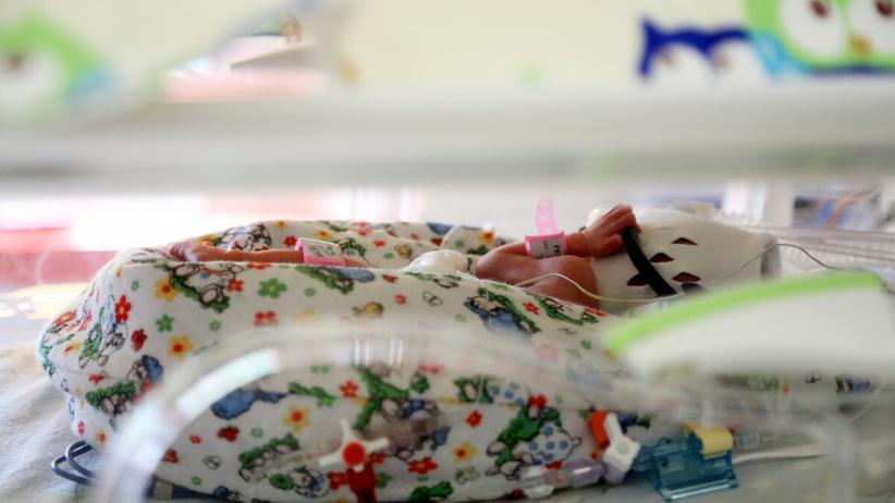 Dziecko w inkubatorze - zdjęcie ilustracyjne