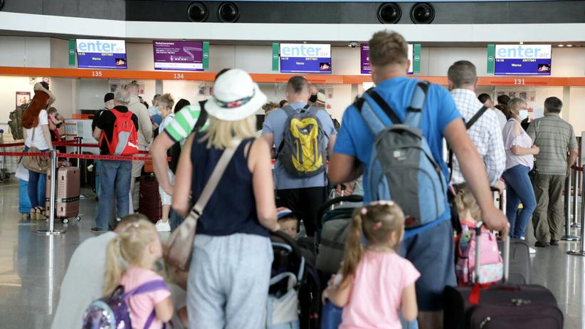 Podróżni na lotnisku Chopina w Warszawie