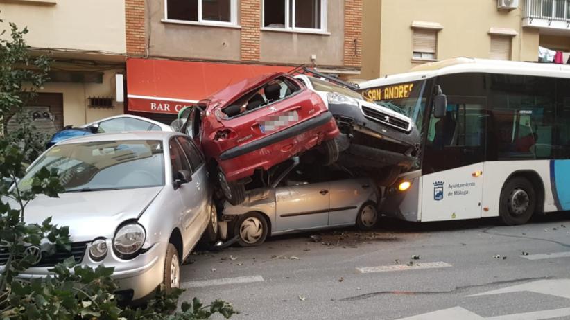 Kierowca dostał zawału za kierownicą. Rozpędzony autobus taranował auta