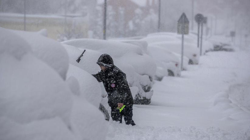 Takiego śniegu nie było tu od 50 lat. Są ofiary. Ludzie uwięzieni w autach