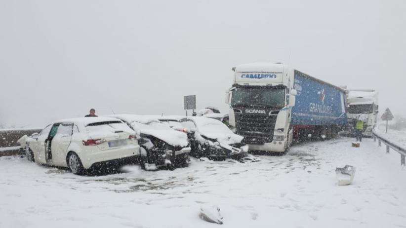 Po burzy śnieżnej potężny karambol w Hiszpanii. Zderzyło się ponad 50 samochodów