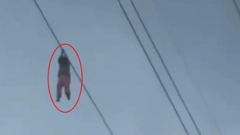 Dziewczynka zawisła na kablu