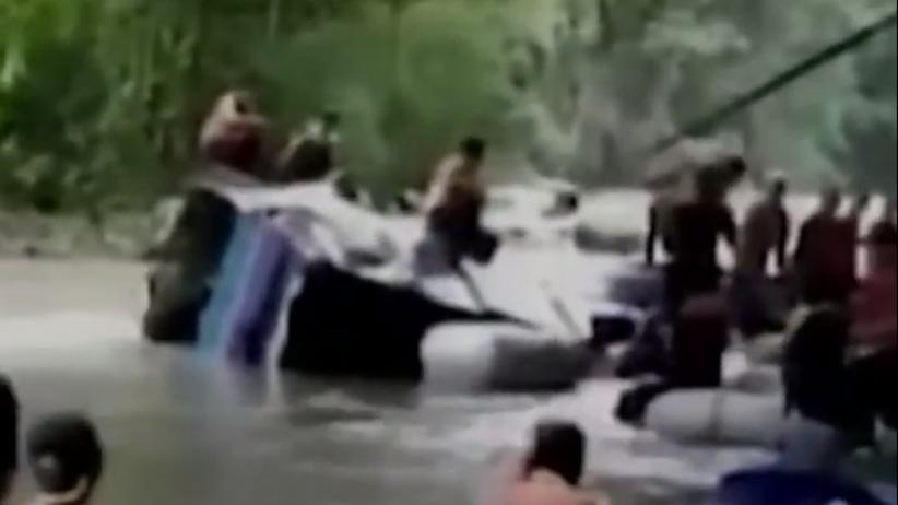 Autokar staranował barierki i wpadł do wąwozu z rzeką. Nie żyje ponad 20 osób