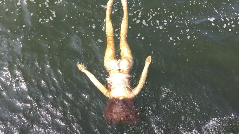 Ekipy ratunkowe wezwane do tonącej gumowej lalki erotycznej
