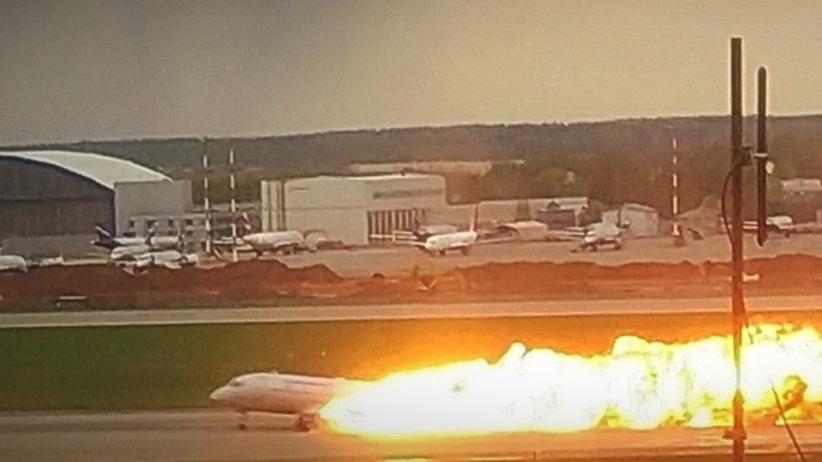 """Ujawniono rozmowę pilota SSJ-100. """"Pali się od uderzenia pioruna"""""""