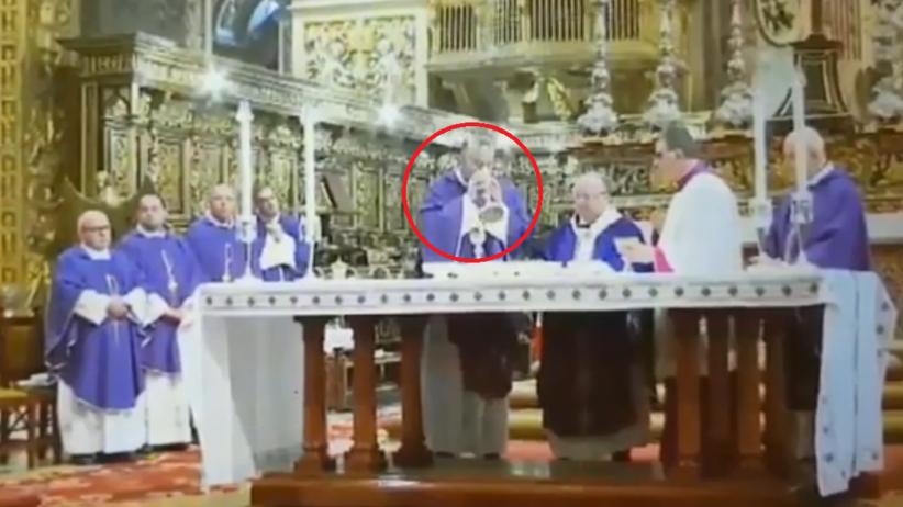 Kościelny pomylił butelki z alkoholem. Biskup wypił łyk i przerwał mszę
