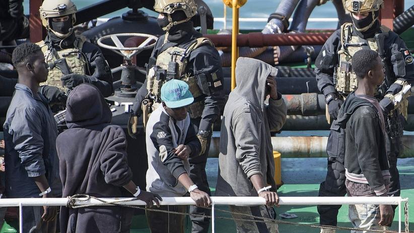 Trzej młodzi migranci oskarżeni o porwanie statku