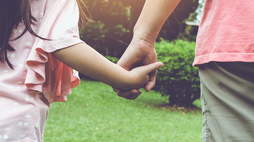 dziecko z matką za rękę