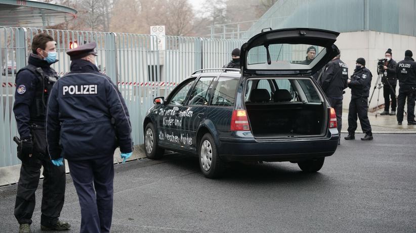 samochód, który uderzył w bramę biura Angeli Merkel