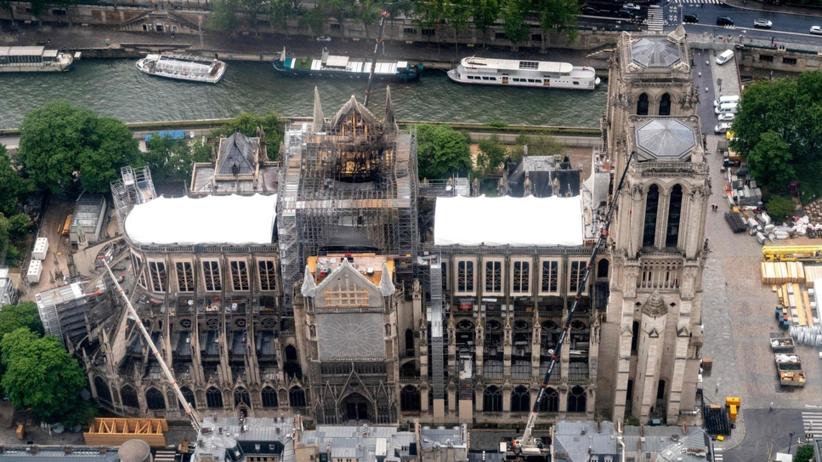 Pierwsza po pożarze msza w Notre Dame. Nietypowy ubiór wiernych