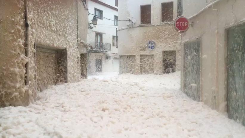 Pogoda. Pogodowy armagedon w Hiszpanii. Morska piana przykryła Tossę de mar